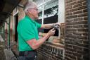 Tijdens de zomer  van 2020 was de restauratie van de Cultuurboerderij al in volle gang. Een timmerman van bouwbedrijf Vosman hier aan het werk.