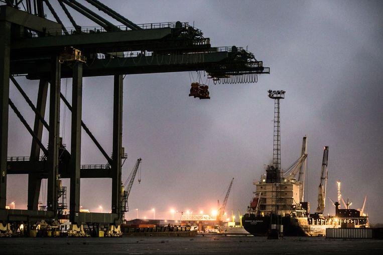 Van de 15 miljoen containers die verwerkt worden op de 15 Antwerpse terminals, kan slechts 1 procent gecontroleerd worden. Beeld ID/Photoagency/Bas Bogaerts