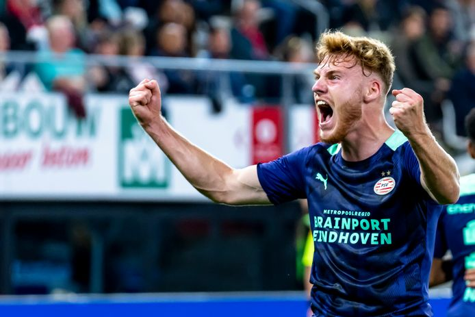 Yorbe Vertessen viert de 2-0 namens PSV tegen AZ.