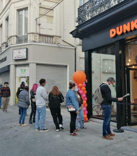 Une file interminable pour l'ouverture de Dunkin' Donuts à Gand