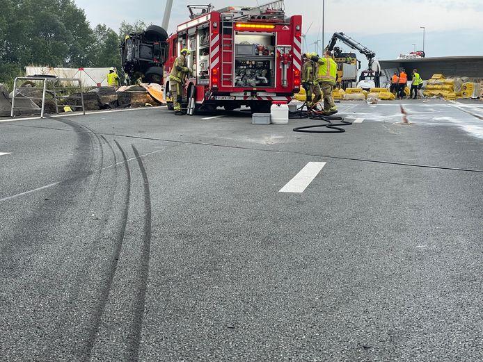 Een duidelijk bandenspoor op het wegdek toont duidelijk het traject richting middenberm van de vrachtwagen.