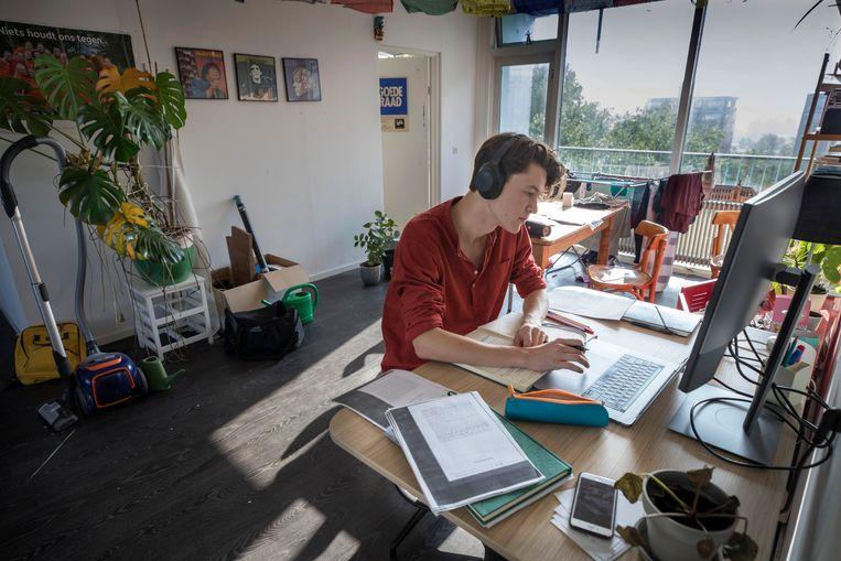 Veel studenten krijgen een mix tussen online en fysiek onderwijs, maar sommige studenten leren (bijna) geheel vanuit huis.  Beeld Werry Crone