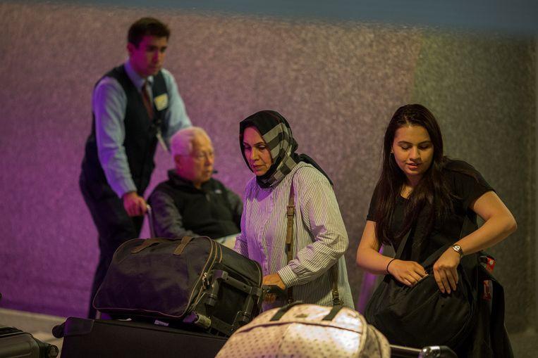 Reizigers halen hun bagage op de luchthaven van Los Angeles.  Beeld Getty Images