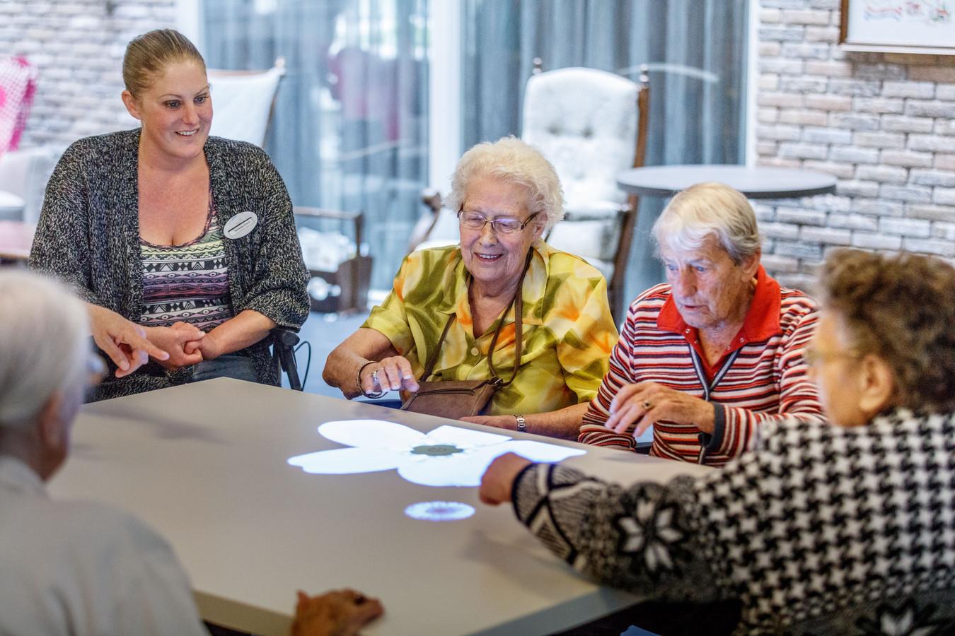 Bedwelming Sportdag in Zeven Schakels motiveert ouderen te bewegen   Moerdijk &YQ09