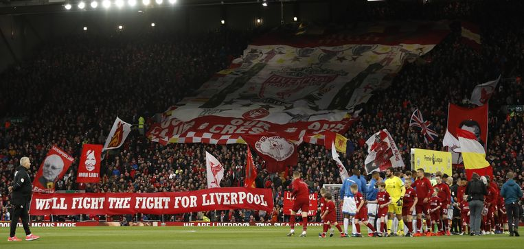 De luidruchtige spionkop van Liverpool, die Anfield op Europese avonden verandert in een kolkende ketel. Beeld BELGAIMAGE