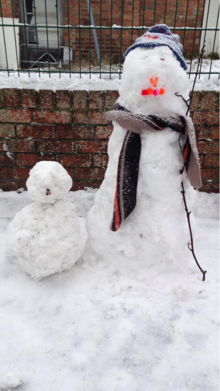 Kinderen van De Tuimelaar creëerden mooie sneeuwpoppen.