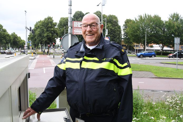 Archieffoto van Ad van Gorp toen hij na 51 jaar als vrijwilliger van de politie afscheid nam. Hij deed veel als verkeersregelaar, was bijna altijd bij de wedstrijden van Willem II.