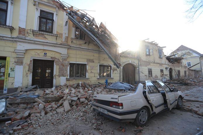 Grote delen van de gebouwen zijn ingestort, op sommige plaatsen kwamen mensen onder de brokstukken terecht.