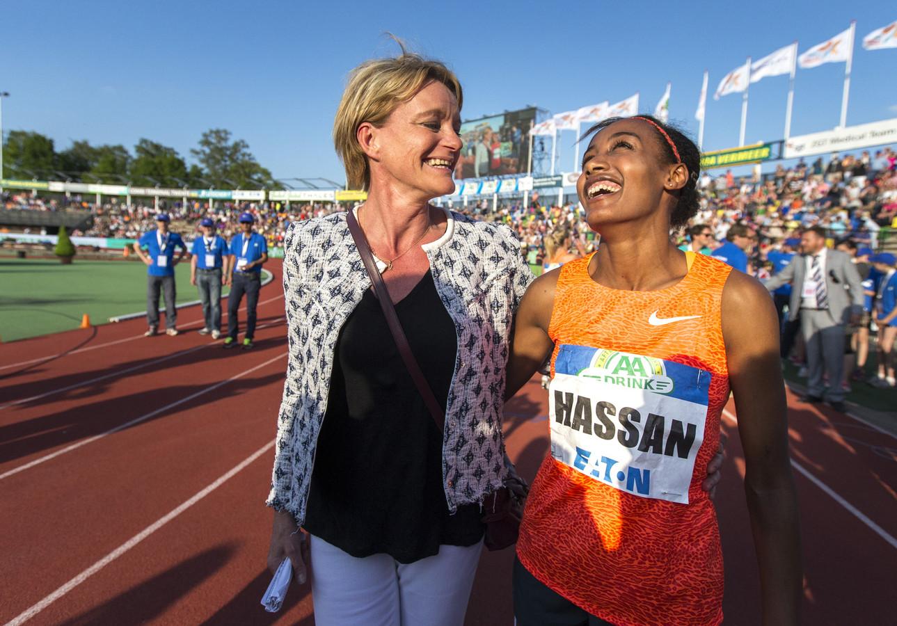 Ellen van Langen met Sifan Hassan, eerder dit jaar tijdens de FBK Games in Hengelo.