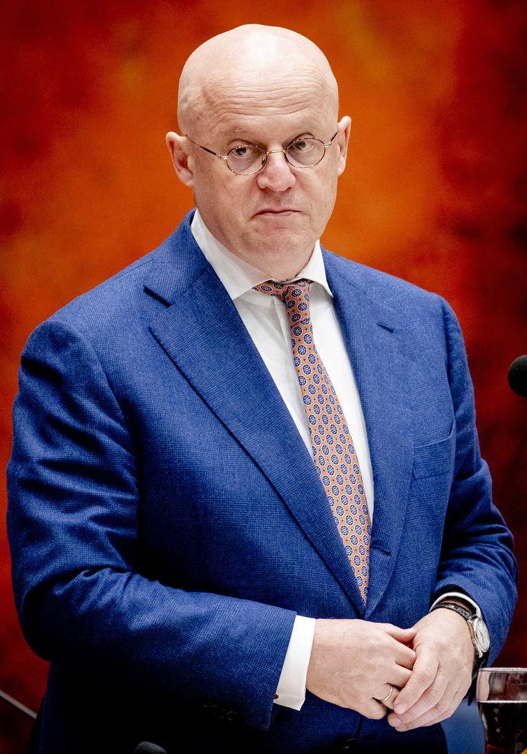 Minister Ferd Grapperhaus (Justitie en Veiligheid)  nam een stoere pose in en zei tegelijk dat je best een luchtje kon scheppen en drie mensen op bezoek was ook oké. Beeld ANP