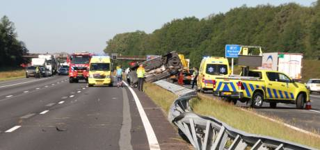 Busje ramt vangrail op A1 tussen Rijssen en Holten, snelweg in beide richtingen deels dicht