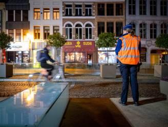 """Drie fietsers en bromfietser beboet: """"De ene reed zonder verlichting, de anderen tegen de rijrichting"""""""