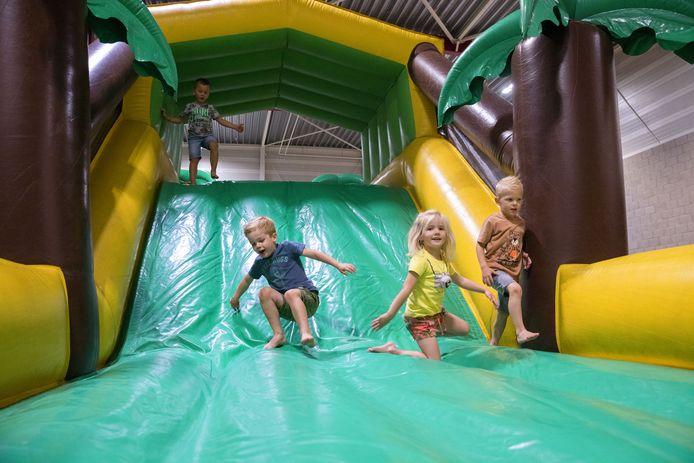 Een grote kluit kinderen kreeg deze week een fijne vakantieweek aangeboden in Huijbergen. Naast spelletjes werd er geknutseld en was er in de sporthal een grote stormbaan opgezet.