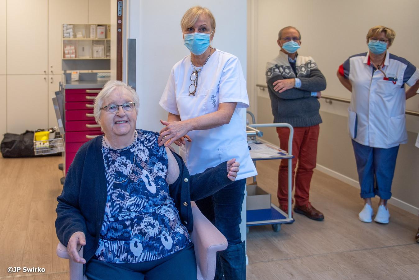 Clemence De Wit gevaccineerd in woonzorgcentrum Sint-Job.