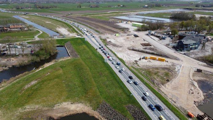 De file in Flevoland van zaterdag vanuit de lucht gezien. Op zondag staat het verkeer opnieuw muurvast.