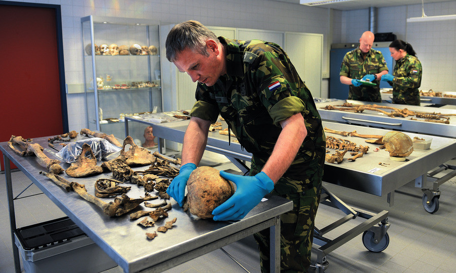 Geert Jonker van de De Bergings- en Identificatiedienst Koninklijke Landmacht onderzoekt de beenderen van onbekende soldaten samen met zijn team in het laboratorium Du Moulinkazerne in Soesterberg.  De Poolse onderzoeker Mateusz Mróz hoopt hem daar te kunnen spreken over identificatie van zijn landgenoten.