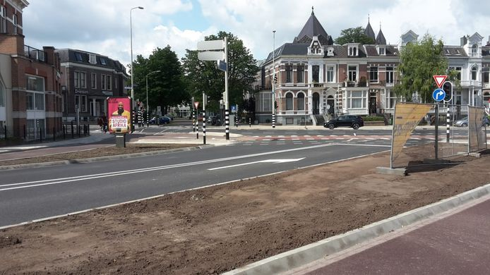 De vernieuwde kruising van de Groesbeekseweg met de Sint Annastraat: van de drie stroken is er nog maar één over. Automobilisten worden zo gedwongen het Keizer Karelplein op te rijden.