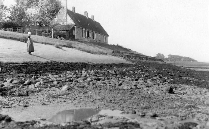 Het voormalige dijkhuis in een bocht van de Polredijk in Veere