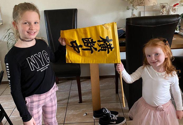 Rachel en Chloe houden de vlag vast