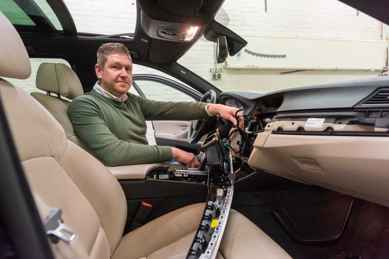 Jeroen Peeters, eigenaar van InCar Solutions in Eindhoven, merkt ook dat er een stijging is in diefstallen uit auto's, waarbij vaak de binnenkant rondom het stuur (navigatie e.d.) wordt leeggehaald.