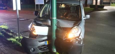 Bestelwagen vouwt zich om lantaarnpaal in Bunschoten, bestuurder geboeid afgevoerd