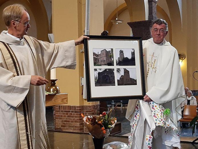 Pastoor Henk Janssen (rechts) krijgt een cadeau van zijn opvolger Aloys van Velthoven.