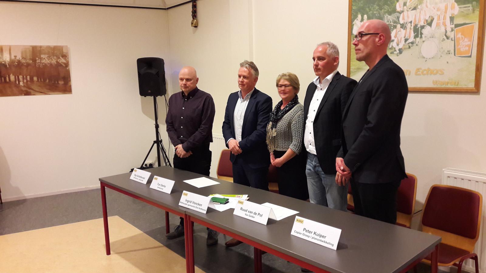Wethouder Voncken met de mensen van Van Gelder, Infrascope en Copier die de klus moeten gaan klaren.