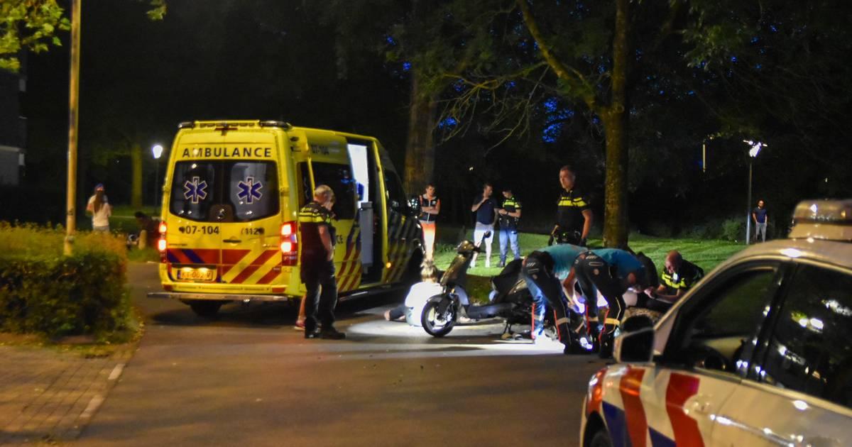 Automobilist gaat er vandoor na botsing met scooter in Arnhem; twee gewonden.