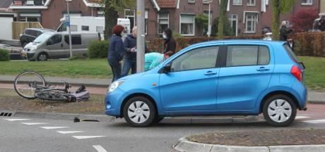 Fietsster naar ziekenhuis na botsing met auto op Rijssense rotonde