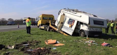 Camper slaat over de kop op A67 tussen Asten en Someren