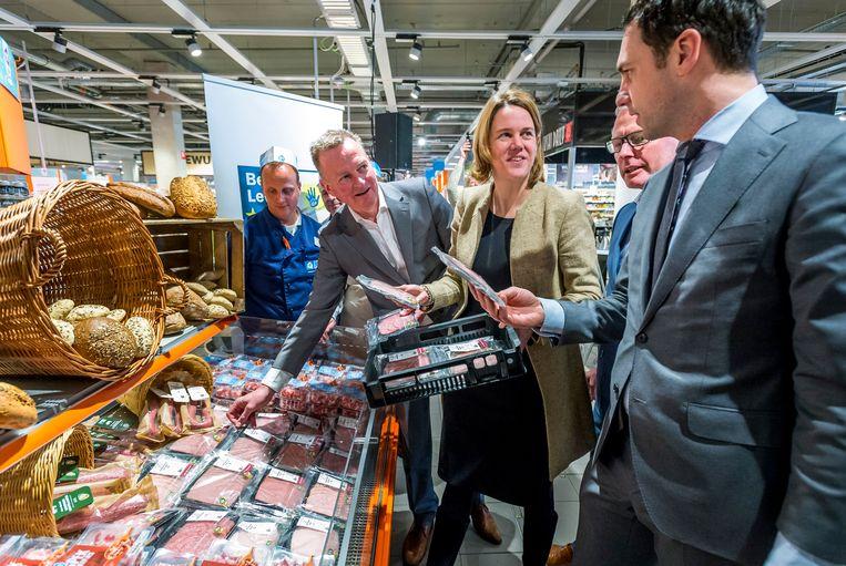 De nieuwe Albert Heijn-topvrouw Marit van Egmond hier met toenmalig staatssecretaris Martijn van Dam bij een presentatie van diervriendelijker geproduceerde varkensvleeswaren in een Albert Heijn XL in Leidschendam. Beeld ANP