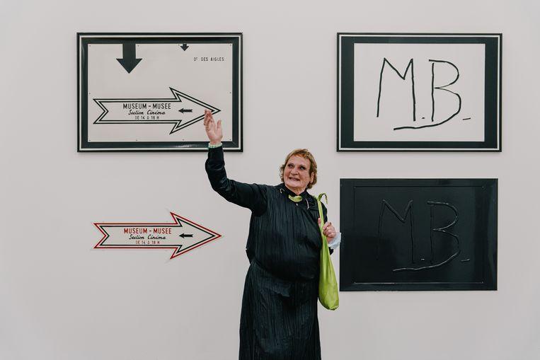 Maria Gilissen, de weduwe van Marcel Broodthaers, op de expo in Vorst. Beeld Wouter Van Vooren
