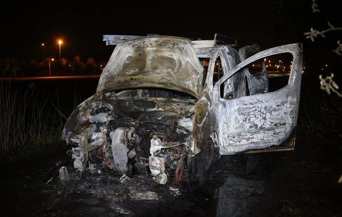 De bestelwagen brandde volledig uit in een buitengebied in Vinkel