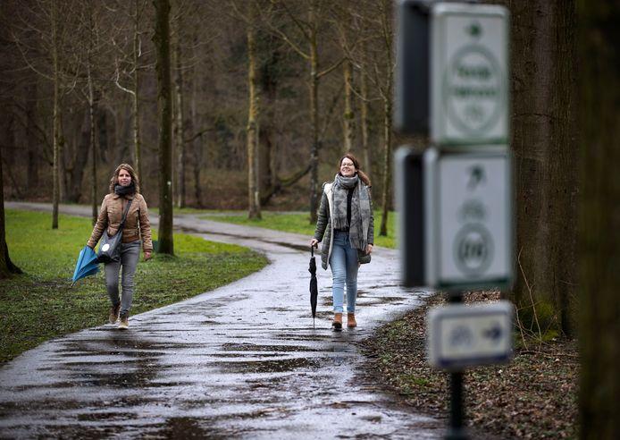 Kim Frunt (l) en Stephanie Bevers van ORO lopen zelf de 'audiotour autismewandeling' in het Warandepark in Helmond.