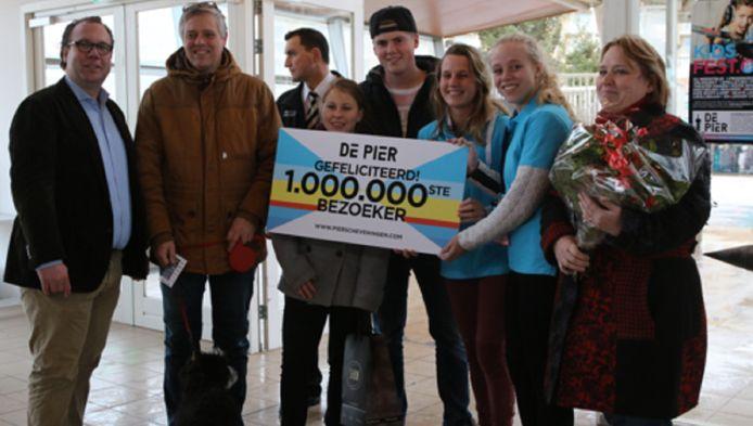 Herman Smit (uiterst links) ontvangt namens De Pier de familie Huiskens uit Beuningen als miljoenste bezoeker.