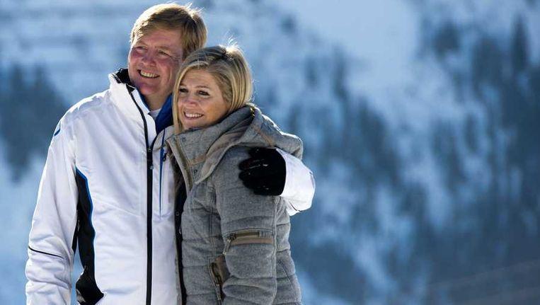 Prins Willem-Alexander en prinses Maxima in de sneeuw in Lech tijdens de jaarlijkse wintersportfotosessie Beeld anp