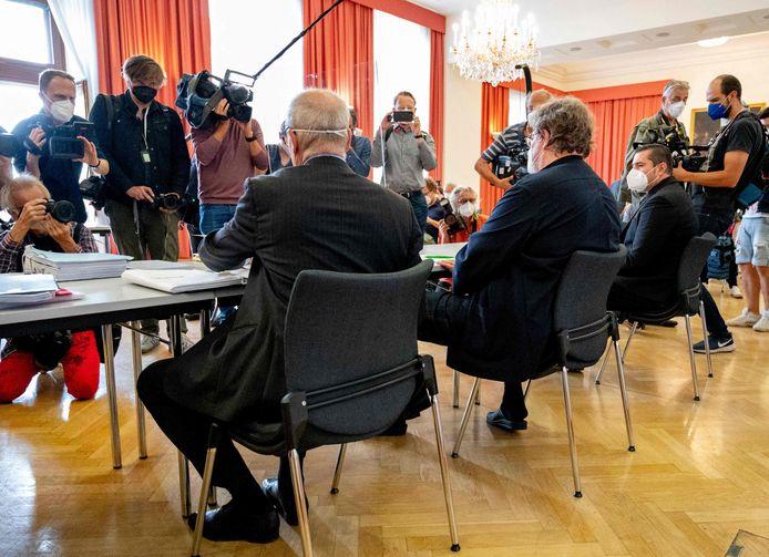 Advocaten Alexander Klauser (L), Peter Kolba (C) en hun cliënt Ulrich Schopf (R) in de rechtbank in Wenen.