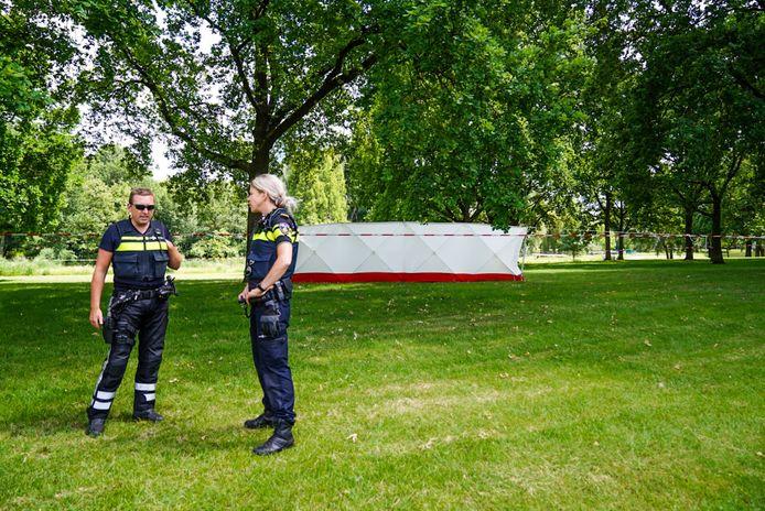 In het parkje werd een overleden man aangetroffen.