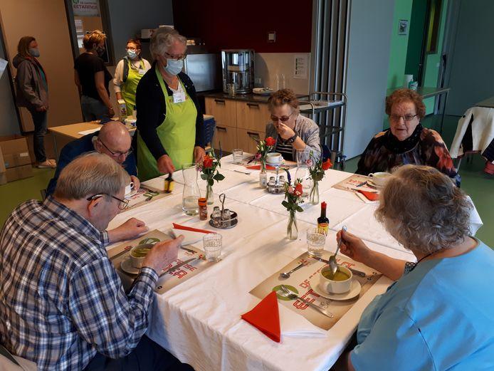 Vijf gasten mocht de Geffense Eetkamer op de eerste dag verwelkomen. Onder hen Toos van den Bergh (rechtsboven) en naast haar Mien van der Doelen.
