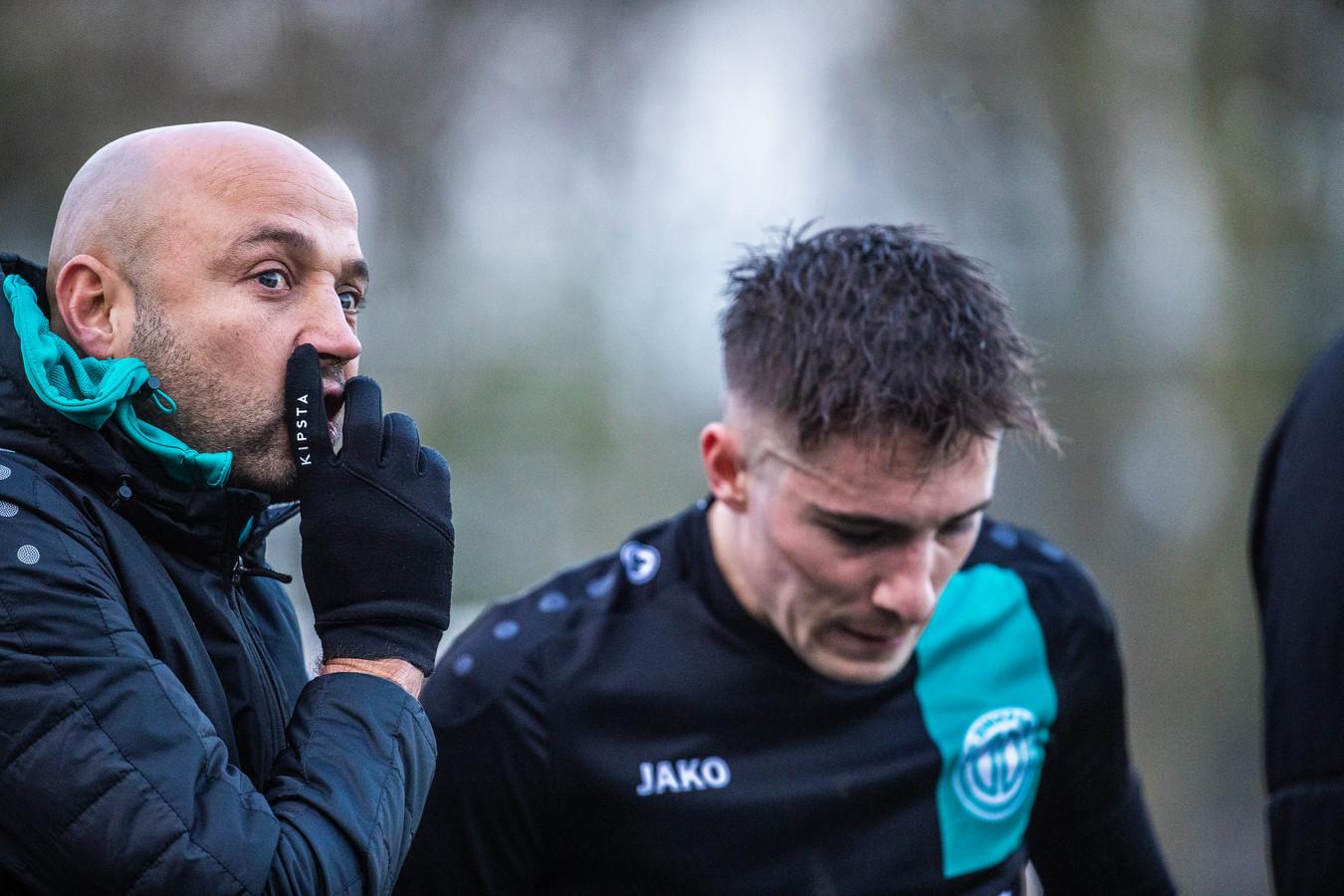 FC Dinxperlo-trainer Bas van Londen overlegt met Max Tamboer. Archieffoto Jan van den Brink