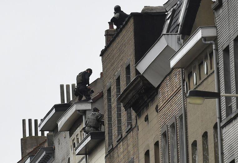 Arrestatieteam op het dak in de wijk Molenbeek Beeld AP