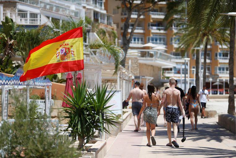 Toeristen op een zeedijk in Palma De Mallorca.  Beeld REUTERS