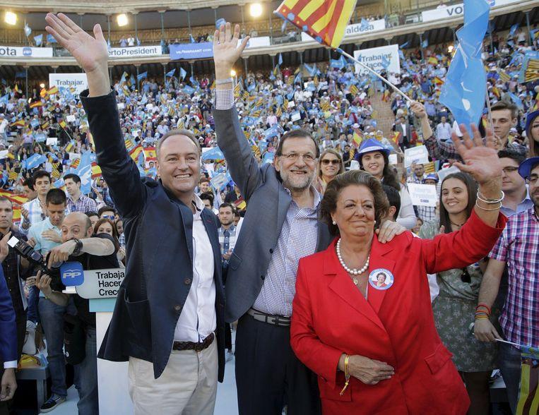 Mariano Rajoy (midden) samen met voormalig burgemeester van Valencia Rita Barbera Beeld reuters