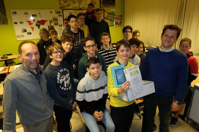 Sebe met de directeur Toon Veelaert, leerkracht wiskunde Dirk Van Tichelt en zijn klasgenoten.
