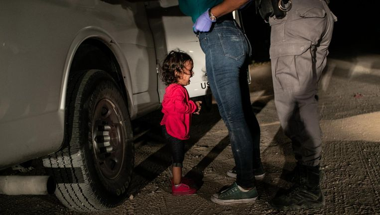 Het hartverscheurend huilende Hondurese meisje Yarauilend op de Amerikaans-Mexicaanse grens Beeld John Moore
