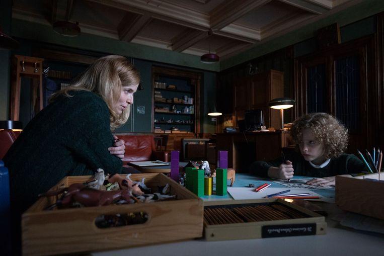 Als de Amerikaanse kinderpsychiater Marianne Winter (Thekla Reuten) naar Schotland verhuist om een nieuw leven te beginnen, is een van haar nieuwe patiënten de geheimzinnige, tienjarige Manny (Elijah Wolf).  Beeld -