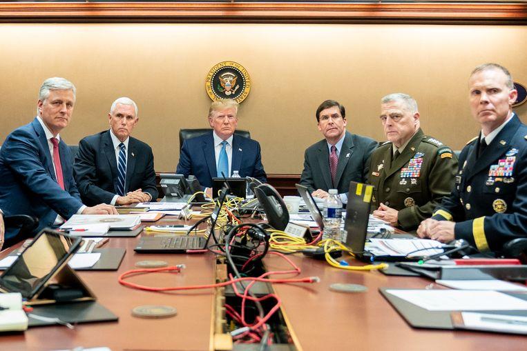 Trump, zijn vicepresident Mike Pence, minister van Defensie Mark Esper en leden van het nationaal veiligheidsteam kijken in de Situation Room in het Witte Huis mee met de operatie. Beeld Reuters