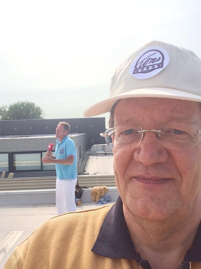 Weerman Piet Paulusma presenteert dinsdagavond de weersverwachting vanaf het dak van TonS ambachtelijke mosterdmakerij in Zierikzee.