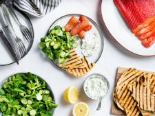 Wat Eten We Vandaag: Ingelegde zalm met flatbread, kruidenkaas en frisse salade