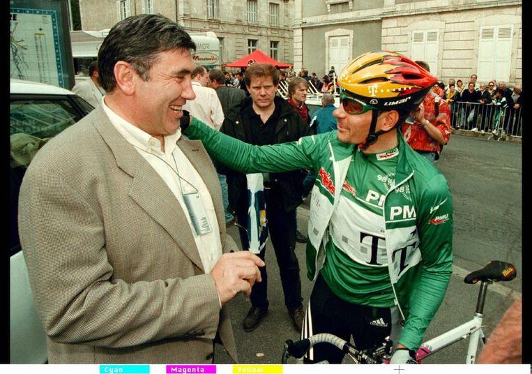 De Franse Senaat bracht vandaag een rapport naar buiten over de TOur de France van 1998, bijgenaamd de Tour du dopage, en die van een jaar later. Met nieuwe methoden zijn bloedmonsters van destijds opnieuw getest. En zo worden sommige renners alsnog door de waarheid ingehaald - al bekenden sommigen hun gebruik al eerder. <br /><br />Hier: de Duitse sprinter Zabel, voor de start van een etappe in de Tour van '98 met de Belgische wielerlegende Merckx. Beeld null